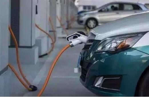 高低端新能源车引发市场大战,特斯拉与五菱宏光谁更疯狂?